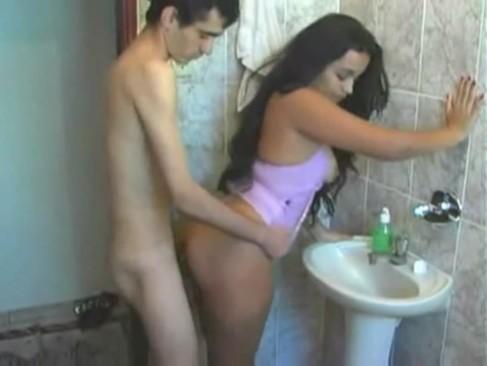 Prima gostosa dando pro magrinho no banheiro