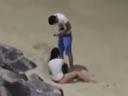 Casal sem vergonha fodendo na frente de todos na praia