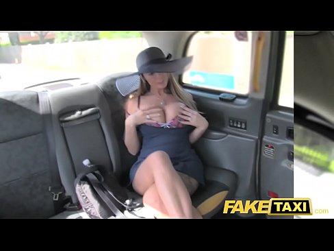 Taxi de mentirinha levando ela direto pro prazer