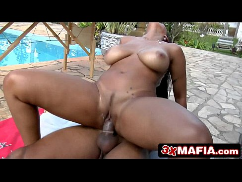 Mulher do corpaço fazendo um sexo na beira da piscina