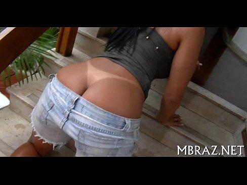 Garota sensual tirando shorts e mostrando marquinha