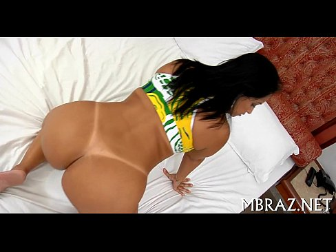 Rabuda brasileira em cima de uma cama dá nisso