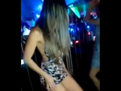 Gostosa no baile funk mostra o cuzão no meio da balada