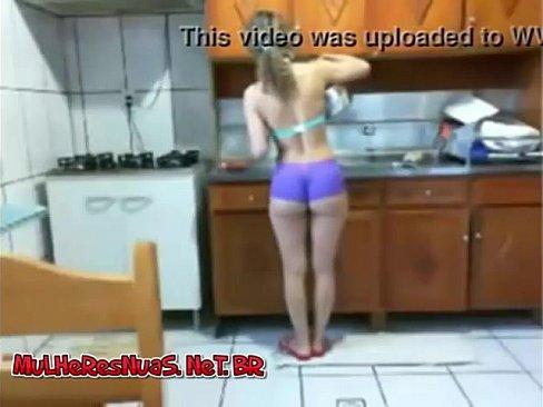 Mulher na cozinha com shortinho atolado na bunda