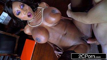 Ebony super sexy deixa os peitões a mostra para transar