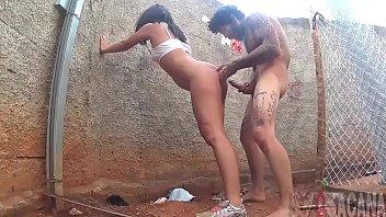 Homem selvagem fodendo a namorada no meio da lama