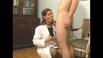 A doutora safada dando uma mamada no pau do paciente