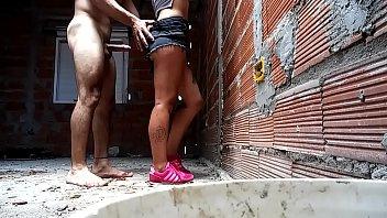 Casal na favela filmou a foda todinha de pé no quintal