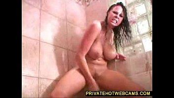 Mulher de peitão grande fazendo a masturbação no banheiro