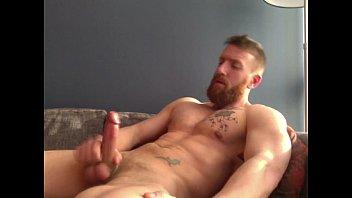 Ruivo barbudo tocando punheta todo nú para o seu prazer