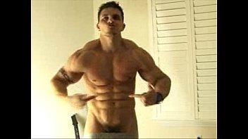Musculoso nú na webcam desfilando mostrando tudinho