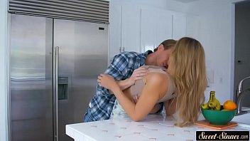 Brincando de foder dentro da cozinha casal amador e safado