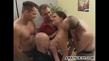 Coroa contrata uma jovem prostituta para os amigos também