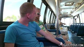 Amador punhetando e gozando no ônibus