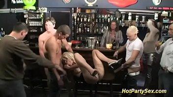 Peituda gostosa metendo com varios no bar