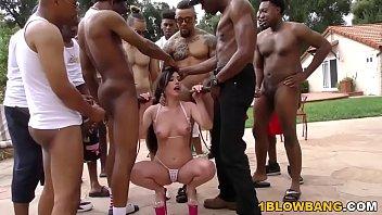Só ela no meio de tantos homens oferecendo o máximo do prazer