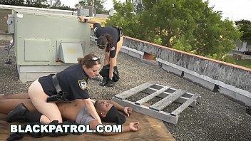 Duas policiais sendo fodidas pelo preso