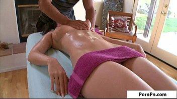 Massageando a moça que ficou bem suculenta