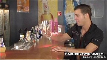 Sexo gay depois de fechar o bar
