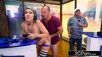 Jogando video game e fodendo as ninfetas