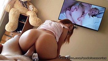 Flagrada vendo porno dando cú gostoso
