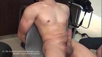 Asiatico com muitos musculos