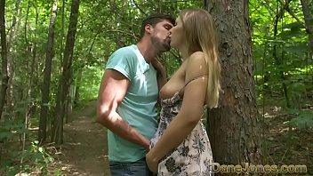 Muita trepação no meio do mato entre casal jovem